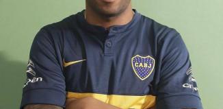 Alexis Rolin in posa con la maglia del Boca Juniors